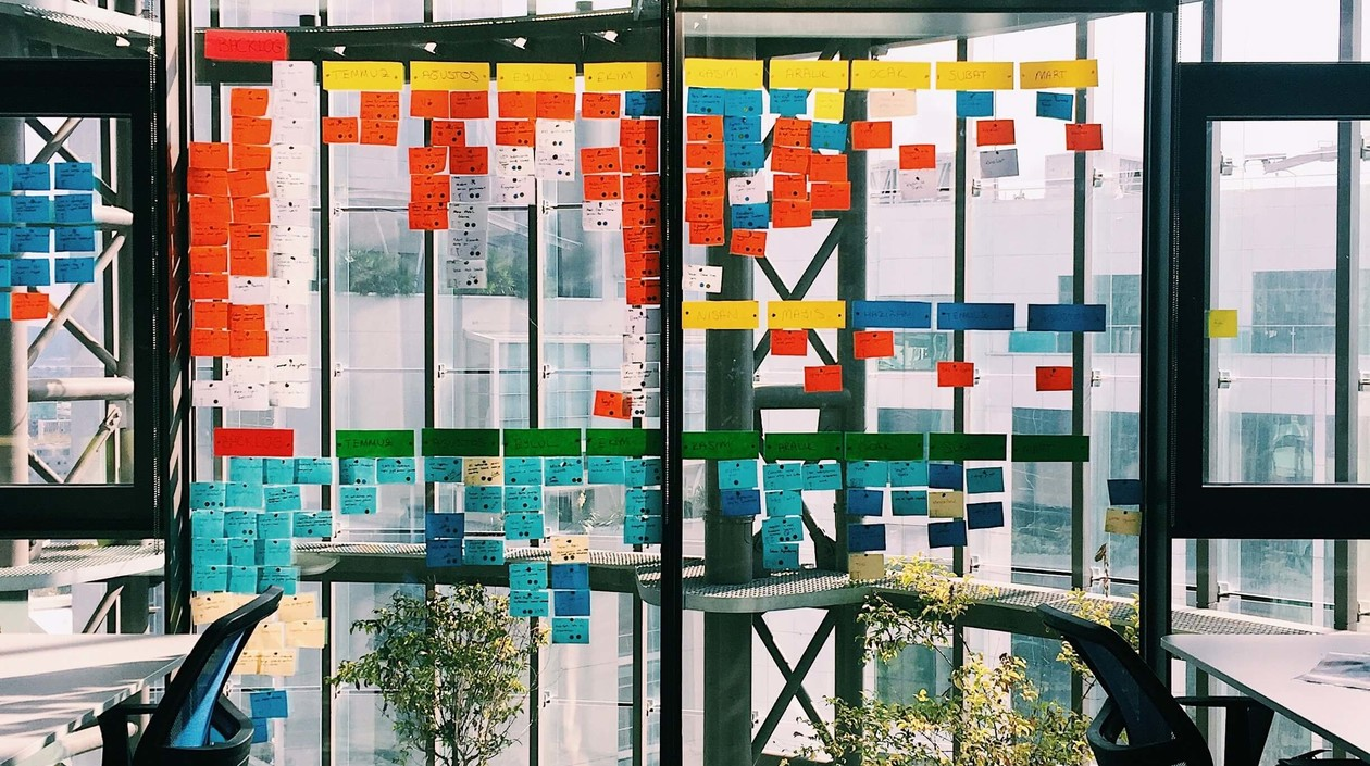 Büro mit Fensterscheiben voller bunter Notizzettel